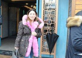 Aşkın Nur Yengi Pembe renkli kürkle dikkat çekti