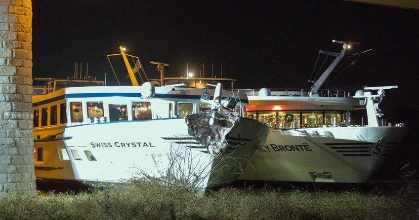 Yolcu gemisi köprüye çarptı