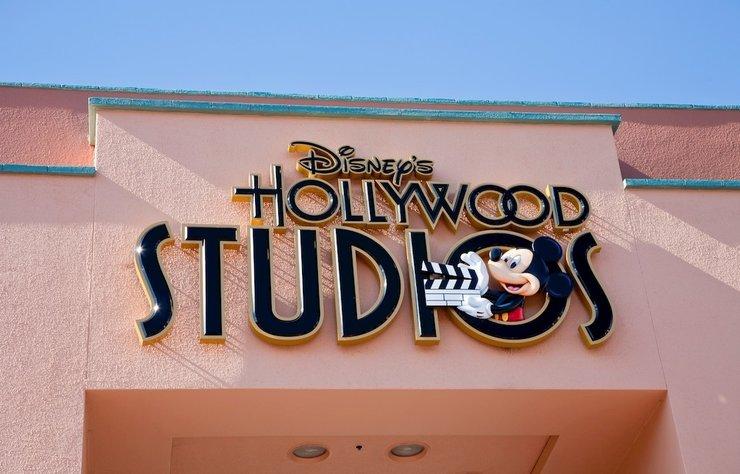Jungle Cruise filminde Disney'in ilk eşcinsel karakterini canlandıracağını açıklayan Jack Whitehall'a sosyal medya kullanıcılarıtepki gösterdi. Tepkinin asıl hedefi ise Disney oldu.