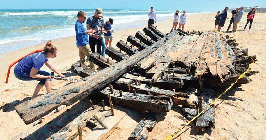 300 yıllık gemi kalıntısı sahile vurdu
