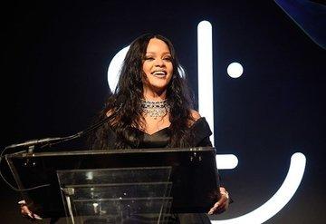 Rihanna yardım balosu düzenledi