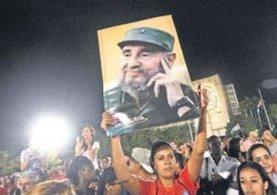 Onbinlerce insan Castro için toplandı