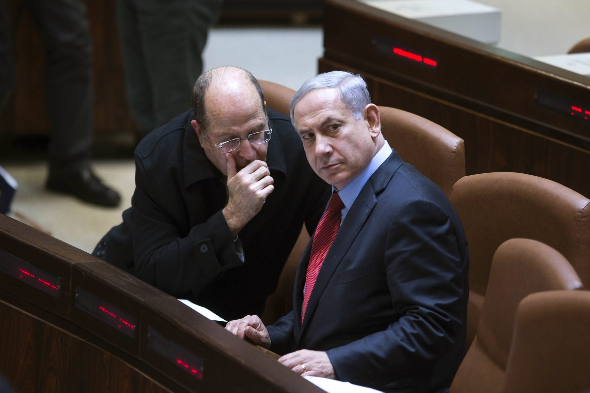 Israel's Defence Minister Moshe Yaalon (L) speaks with Prime Minister Benjamin Netanyahu during a session of the Knesset, the Israeli parliament, in Jerusalem December 1, 2014. (Reuters Photo)