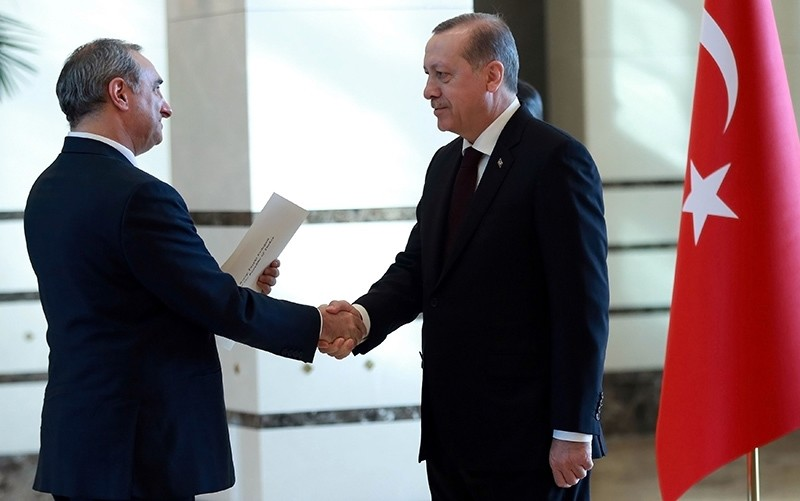 Israeli ambassador to Turkey Eitan Naeh (L) presents his letter of credence to Turkish President Recep Tayyip Erdogan (R) at the presidential Complex in Ankara, on December 5, 2016 (AFP Photo)