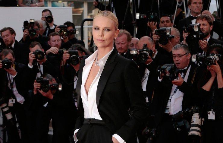 Charlize Theron'un, eski sevgilisi İsveçli aktör Alexander Skarsgard ile yeniden birlikte olduğu iddiası fos çıktı.