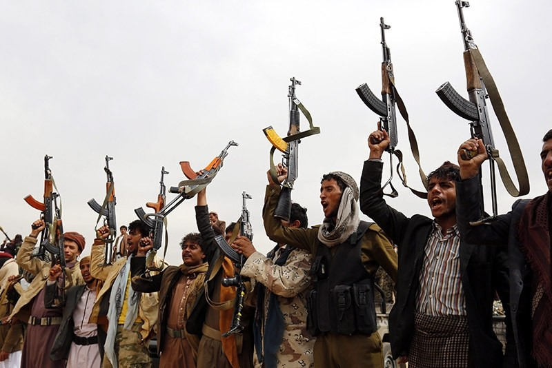 Houthi supporters shout slogans and brandish weapons during a gathering to mobilize more fighters into several battlefronts, in Sana'a, Yemen, on Nov. 10 2016. (EPA Photo)