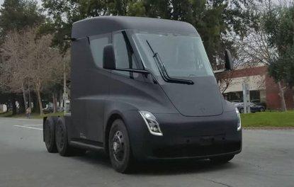 Teslanın elektrikli tırı Semi yolda görüntülendi
