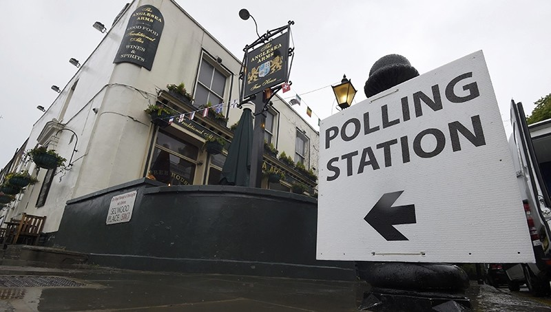 A sign points to a pub being used as a polling station for the Referendum on the European Union in west London, Britain, June 23, 2016 (Reuters Photo)
