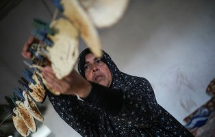 Gazan mother of 7 makes living by selling bread crumbs