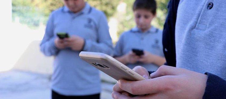 Öğrenciler okulda cep telefonu kullanamayacak