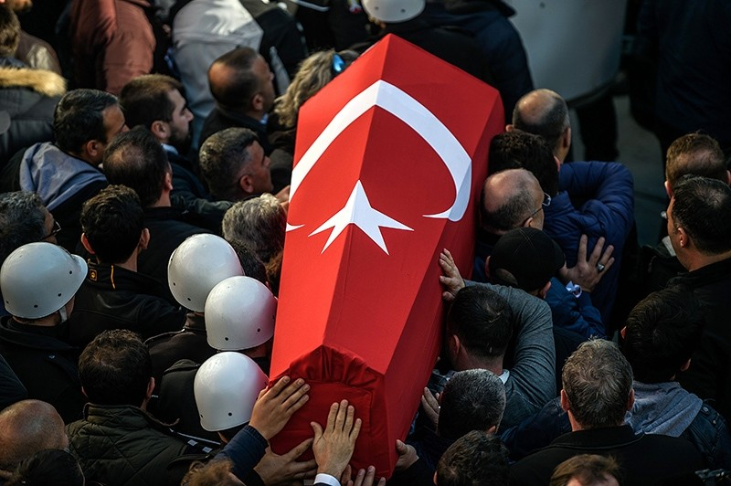 Turkish police officers carry the coffins of a comrade during a funeral ceremony at Istanbul's police headquarters on December 11, 2016 (AFP Photo)