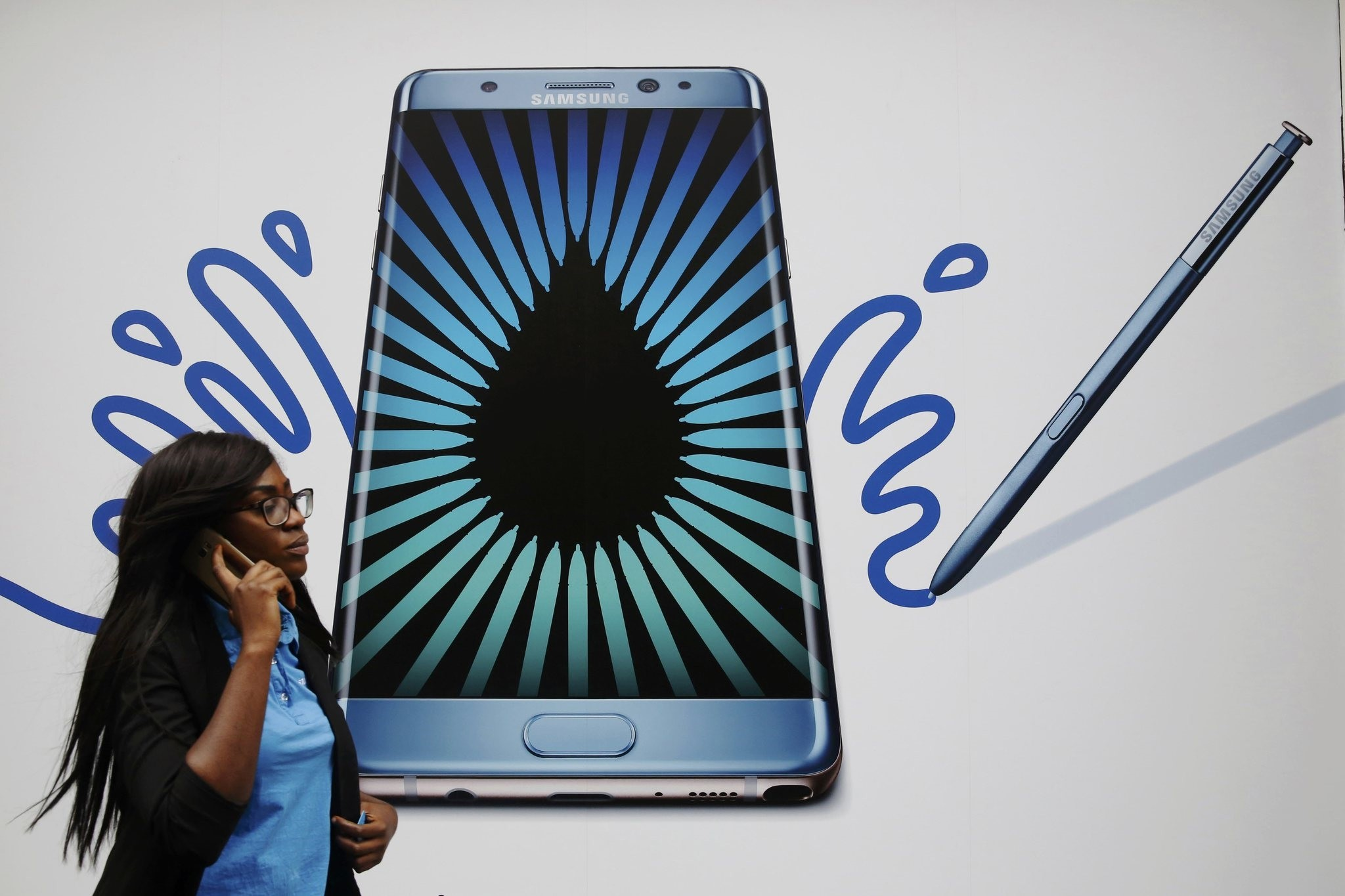 A WOMAN SPEAKS ON A PHONE AS SHE PASSES AN ADVERT FOR THE SAMSUNG GALAXY NOTE 7 IN London, Britain, September 2, 2016. REUTERS Photo)