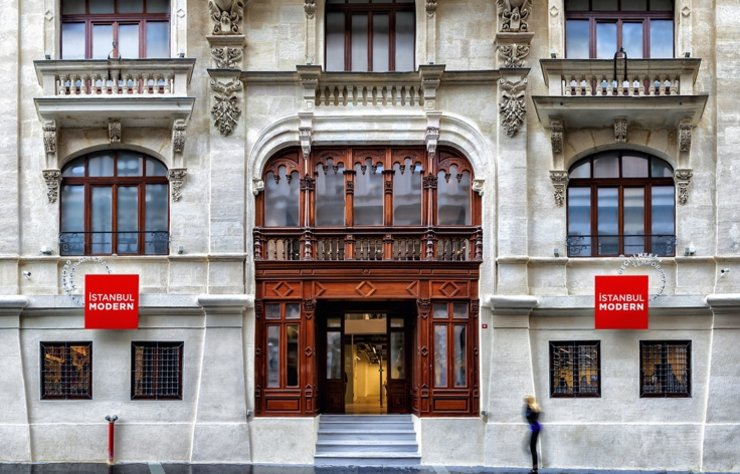 Corona virüs salgını nedeniyle kapanan İstanbul Modern kapılarını yeniden ziyaretçilerine açmaya hazırlanıyor.