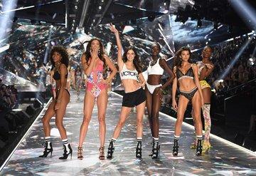 2018 Victoria's Secret şovda ilk kez yürüyen modeller!