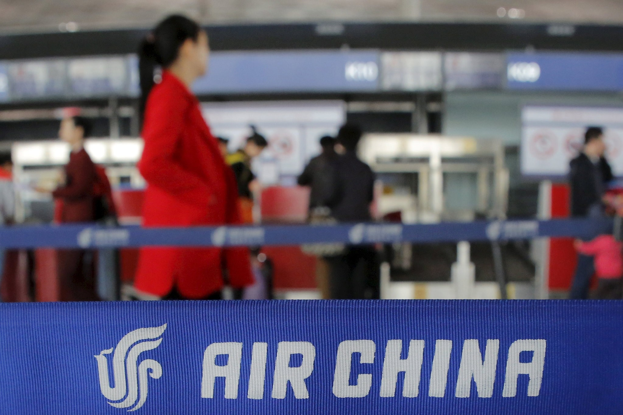 Passengers walk to ticket counters of Air China at a terminal of Beijing Capital International Airport in Beijing, China, March 28, 2016. (REUTERS Photo)
