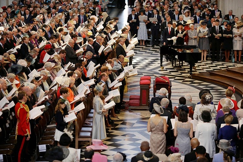 Members of the royal family on the front row (L) stand with the congregation to sing during a national service of thanksgiving for the 90th birthday of Britain's Queen Elizabeth II at St Paul's Cathedral in London on June 10, 2016. (AFP Photo)