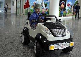 Çocuklar ameliyata akülü arabayla giriyor