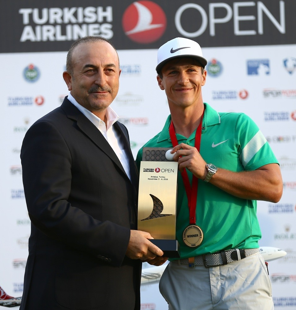Foreign Minister Mevlu00fct u00c7avuu015fou011flu presented the award to Thorbjorn Olesen who won the Turkish Airlines Open.