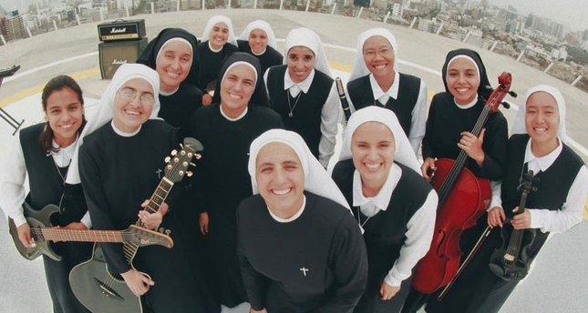 Katolikleri coşturan rockçı rahibeler