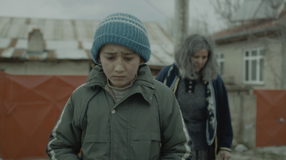 Following a childu2019s dreams and search for justice in Aku015fehir, a small town in Central Anatolia. The filmu2019s protagonist, Ali, works in a garage to support his  family, which is having a hard time making ends meet with the fatheru2019s untimely death.