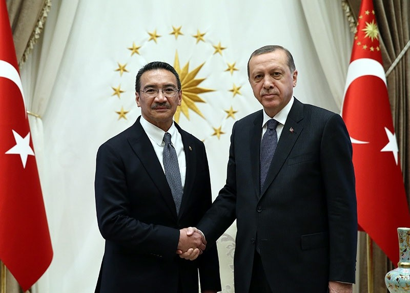 Malaysia's Defense Minister Hishammuddin Hussein (L) shakes hands with Turkey's President Recep Tayyip Erdou011fan (R) (AA Photo)