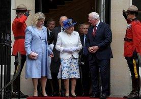 Kraliçe'nin kolunu tutan vali gündem oldu
