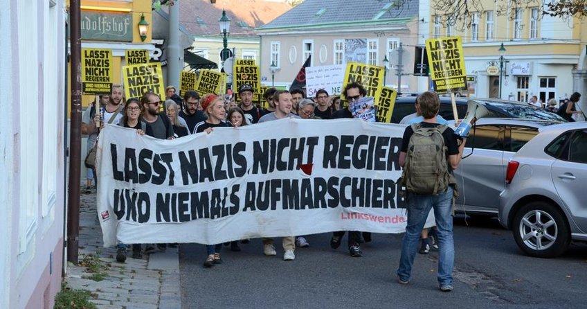 Irkçıların yürüyüşü protestoyla engellendi