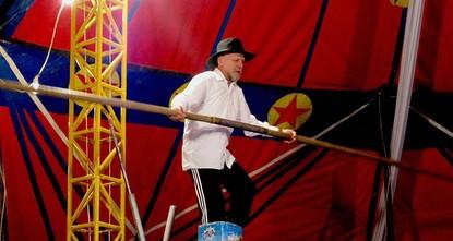 غير آبه بتقدمه بالسن، يواصل التركي أوزدمير طوران، البالغ من العمر 67 عاما، عمله في السيرك وممارسة إحدى الألعاب الخطيرة، وهي السير على الحبل المشدود.