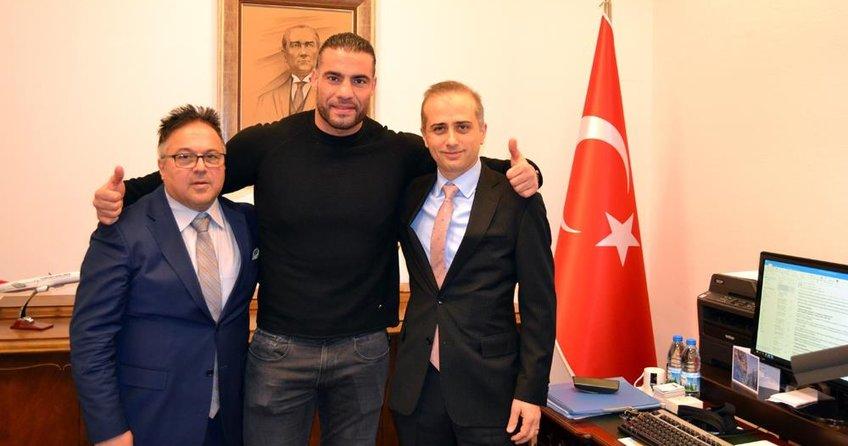 Dünya ağırsıklet boks şampiyonu Charr, Türkiye yolunda
