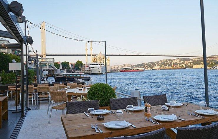 Alaçatı'nın kült restoranlarından meşhur 'Balıkçı Niyazi'nin lezzetleri artık 'Sea Salt' adıyla İstanbul'da misafirlerini ağırlıyor. Sea Salt Feriye, Ortaköy'de konuklarına eşsiz bir deneyim yaşatıyor.