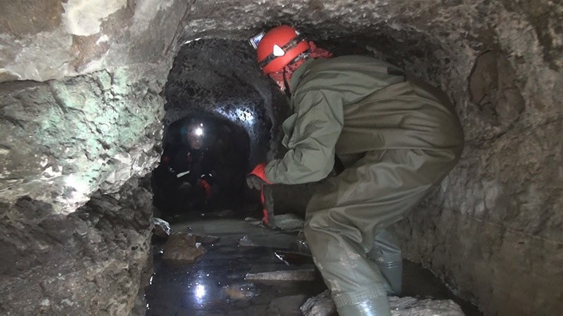 Experts exploring the 2,500-year-old cave found in Ordu, Turkey. (IHA Photo)