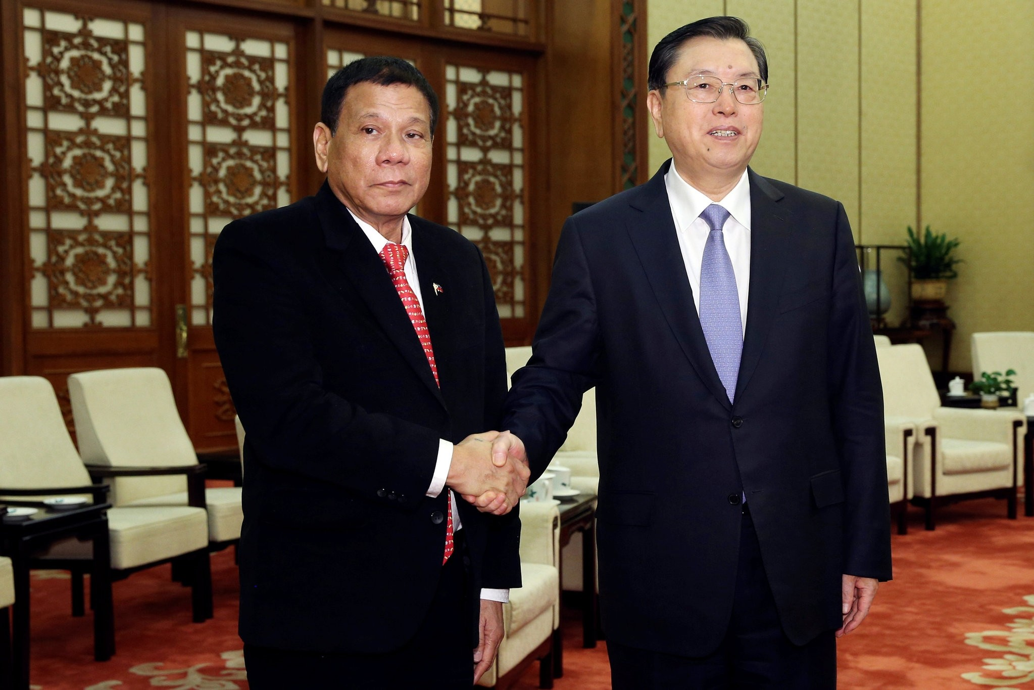 Philippines President Rodrigo Duterte (L) shakes hands with Zhang Dejiang, Chairman of the Standing Committee of the National People's Congress of China ahead of a meeting at the Great Hall of the People in Beijing, China, 20.10.2016. (Reuters Photo)