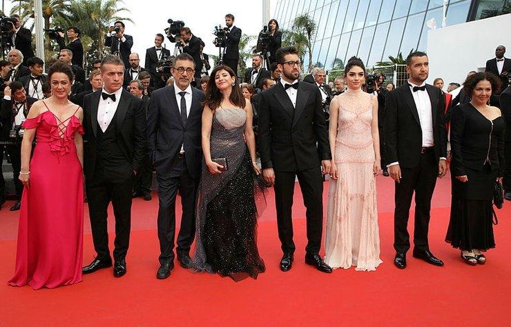 Cannes Film Festivali'nde büyük ödül Altın Palmiye için yarışan Nuri Bilge Ceylan'ın yönettiği Ahlat Ağacı filminin ekibi kırmızı halıda yürüdü ve filmin ilk gösterimine katıldı.