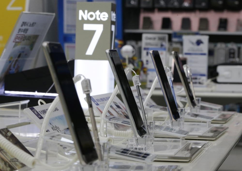 Powered-off Samsung Electronics Galaxy Note 7 smartphones are displayed at the company's service center in Seoul.