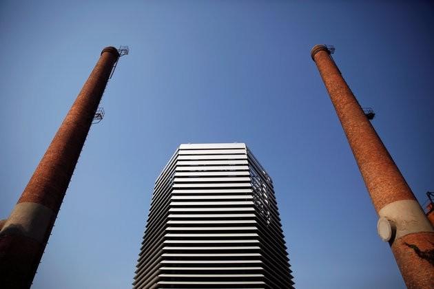 Daan Roosegaardeu2019s Smog Free Tower, seen in Beijing on Thursday. (REUTERS Photo)