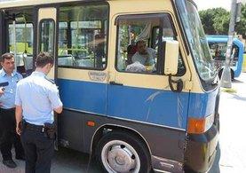 Sürücüsü bayılan minibüsü yolcular durdurdu