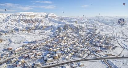 على مدار الأسابيع الماضية، اكتست منطقة كابادوكيا التاريخية، وهي إحدى أكثر المناظر الطبيعية جمالا في العالم وتقع في وسط تركيا، بثوب أبيض وسط هطول كثيف للثلوج، ما ضاعف من بهجة ومرح السائحين، لا سيما...