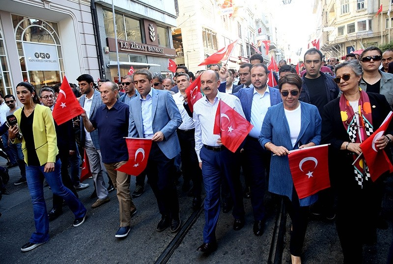 AK Party delegation including Deputy Parl. Speaker Ayşenur Bahçekapılı (R2), Deputy Chairman Mehmet Müezzinoğlu (R3), Istanbul Mayor Kadir Topbaş (R5) and Province Chairman Selim Temurci walk down the Istiklal Street to attend the rally. (AA Photo)