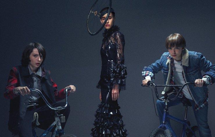Stranger Things ikinci sezonuyla geri döndü. Dizinin yıldızları Noah Schnapp ve Finn Wolfhard moda sektörünü daha yakından deneyimlemek adına Bazaar'la bir araya geldi.