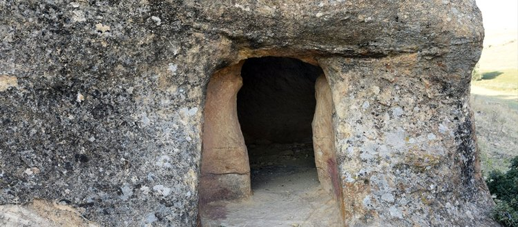 Çağları aşan kaya mezarları