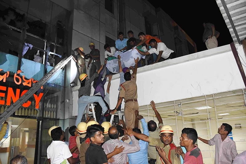 A patient being shifted as rescue work is in progress after a fire broke out in the Intensive Care Unit (ICU) of SUM hospital in Bhubaneswar, killing 23, eastern India, Oct. 17 2016. (EPA Photo)