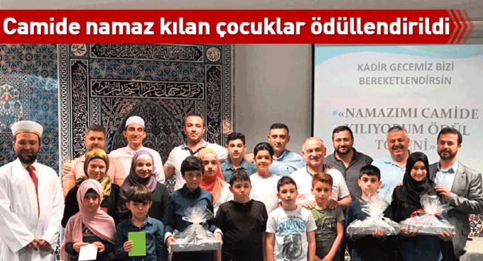 Camide namaz kılan çocuklar ödüllendirildi