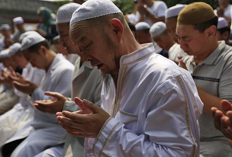Muslims pray at the Niujie Mosque to celebrate Eid al-Fitr in Beijing, China, 06 July 2016 (EPA Photo)