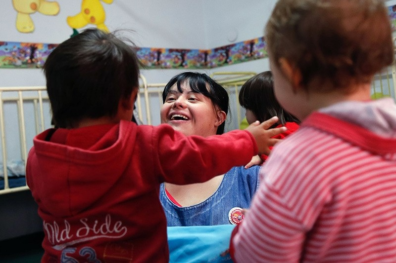 Noelia Garella (C), a kindergarten teacher born with Down Syndrome, plays with children at the Jeromito kindergarten in Cordoba, Argentina, Sept. 29, 2016. (AFP Photo)