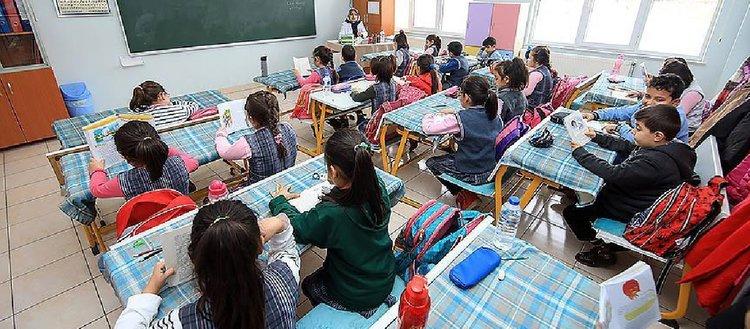 Önce kitap okuyup sonra ders işliyorlar