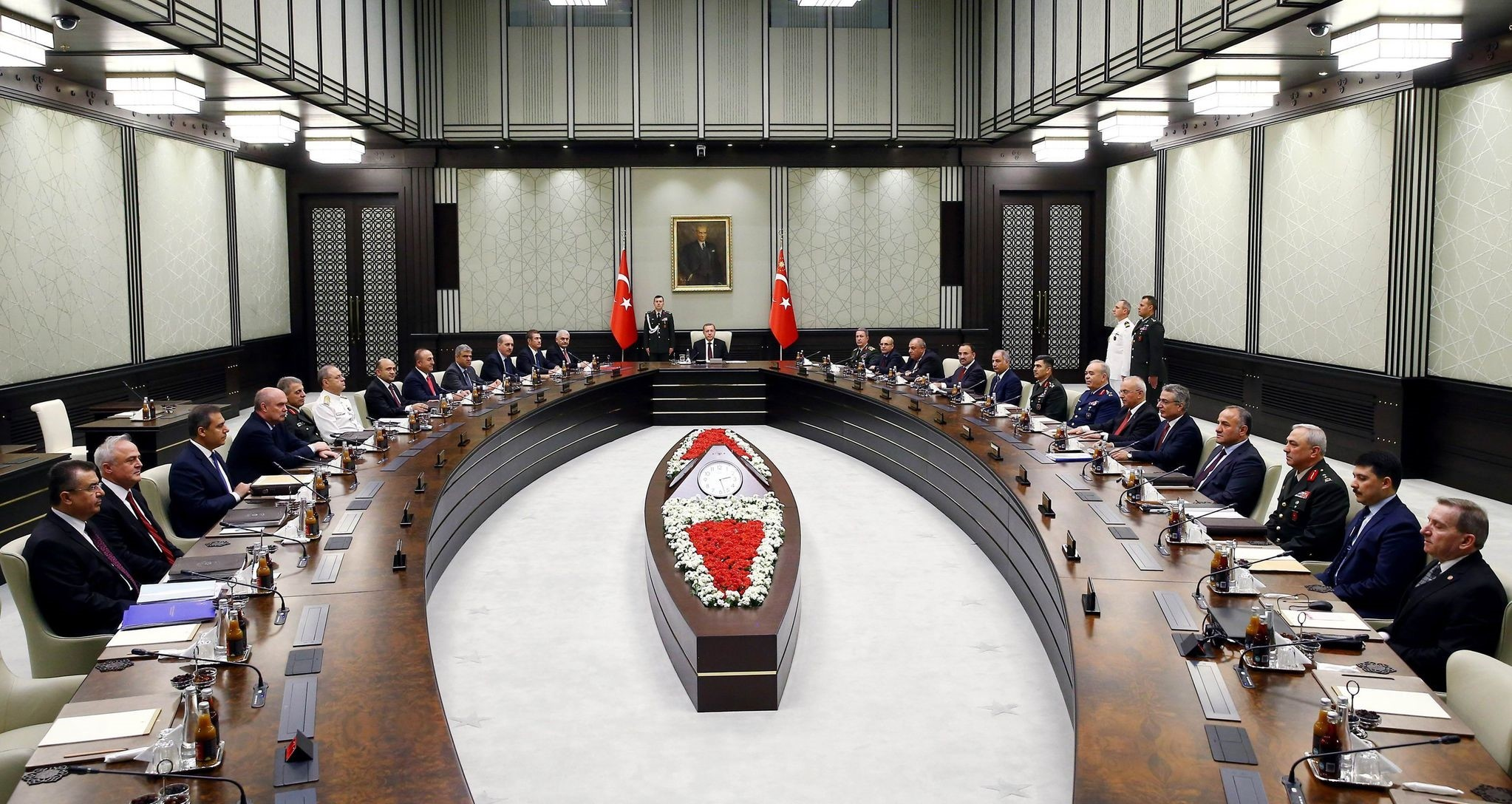 This handout photo released by the Turkish Presidential Press Office on May 26, 2016 shows Turkish President Recep Tayyip Erdogan (C) chairing a meeting of the National Security Council (MGK) at the Presidential Palace in Ankara. (AFP Photo)