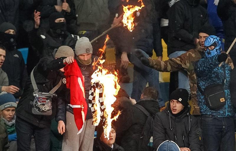 Dynamo Kiev fans burn Turkish flag and Beu015fiktau015f scarf during the UEFA Champions League match at the Olimpiyskiy stadium in Ukraine, 06 December 2016. (EPA Photo)