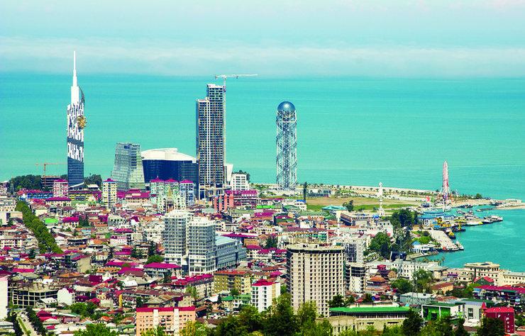 Türklerin nüfus cüzdanıyla girebildiği, Gürcistan'ın Batum şehri, doğal güzellikleri, tarihi yapıları, lüks otelleri ve kültürüyle olduğu kadar metrelerce uzanan plajlarıyla da turistler açısında çok etkileyici bir şehir...