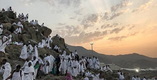 Hajj pilgrims make way from Mount Arafat to Muzdalifah