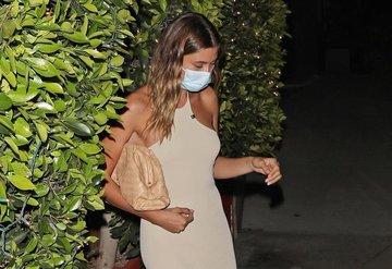 Hailey Bieber, Santa Monicada Mükemmel Midi Elbiseyle